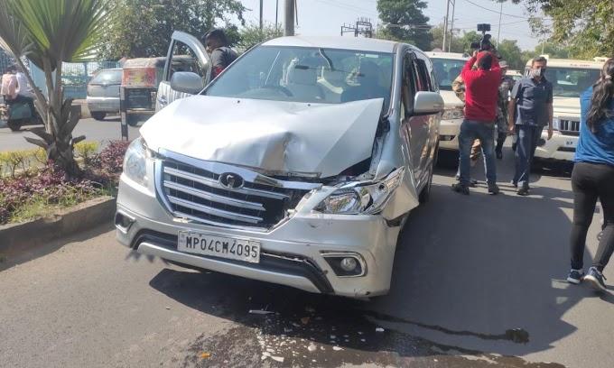 मध्यप्रदेश के मुख्यमंत्री शिवराज सिंह चौहान और पूर्व मुख्यमंत्री कमलनाथ की गाड़ियों के बीच टक्कर 6 गाड़ियां हुई क्षति ग्रस्त