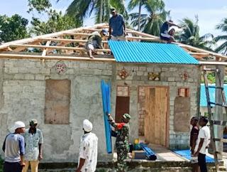 Wujudkan Kebersamaan di Elat, Babinsa Bantu Pembangunan Rumah Warga Desa.lelemuku.com.jpg
