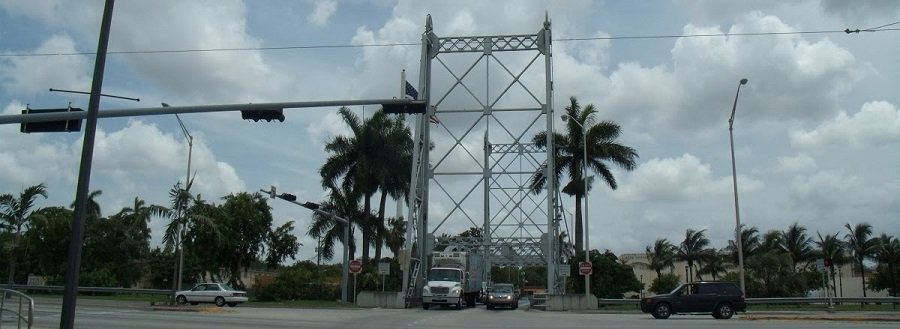 Vertical Lift Bridge sobre el Miami River entre Hialeah y Miami Springs en Okeechobee Road