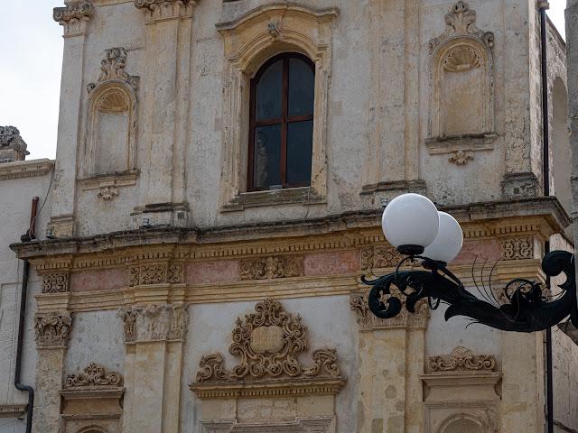Detalle de fachada barroca con farol en Nardò