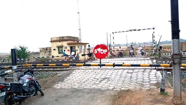 Level crossing gate
