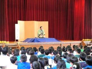 三遊亭楽春の笑って学べる学校での落語鑑賞会の風景です。