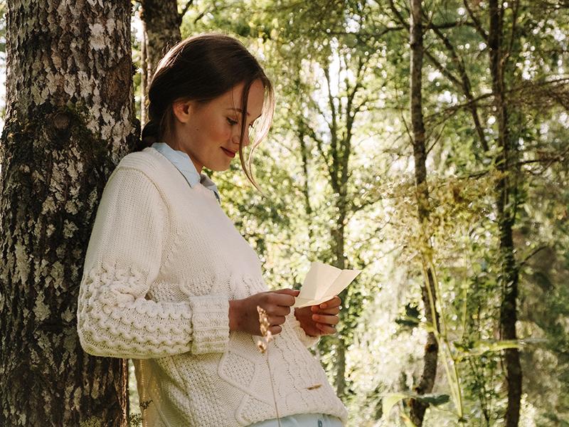 девушка у дерева письмо