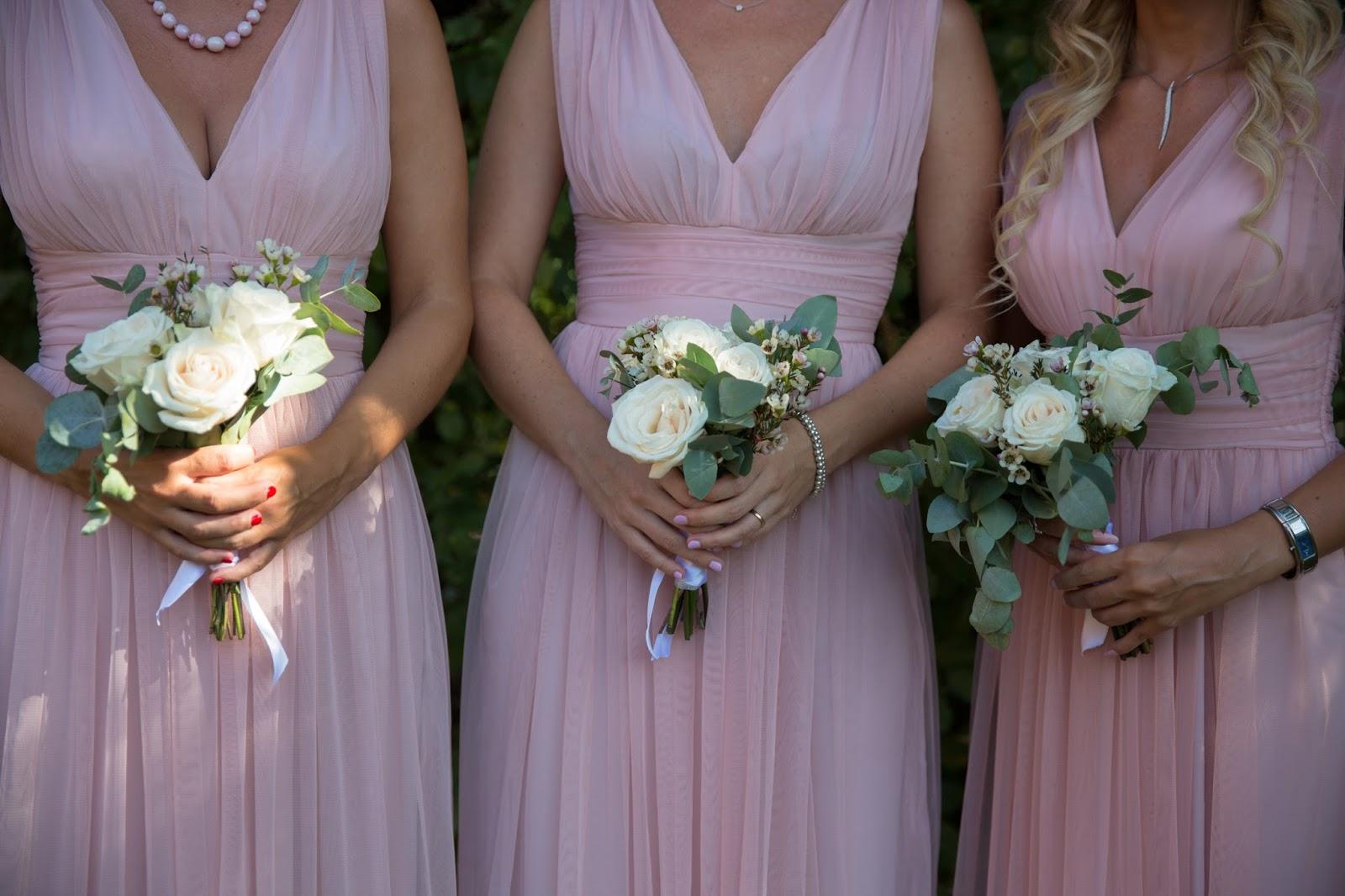 Bouquets damigelle rose bianche e salvia