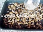 Ciuperci la cuptor cu usturoi preparare reteta - punem mujdeiul in tava