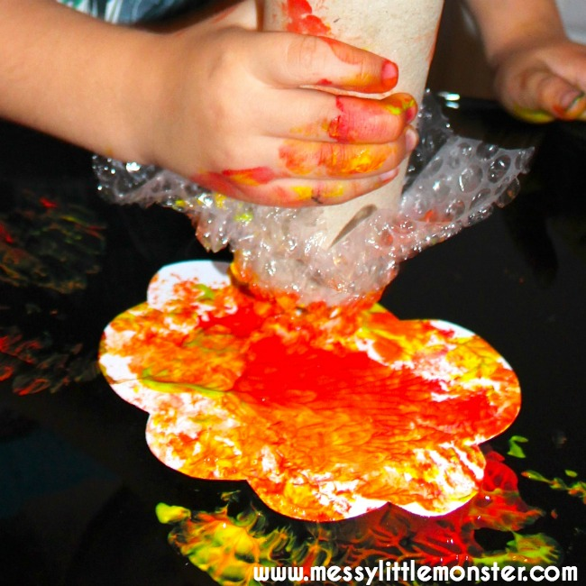 Bubble wrap and cardboard tube autumn tree craft for kids.  Toddlers and preschoolers will love this simple printing technique.