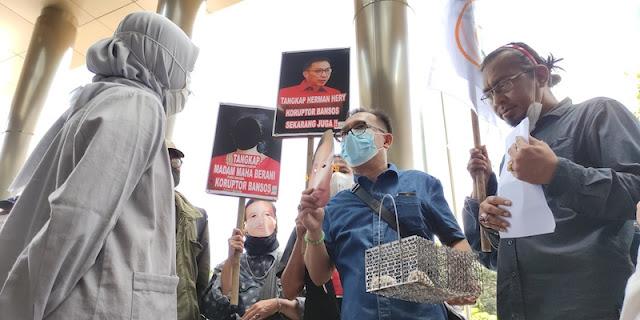 Ditemani BIN, Iwan Sumule Serahkan 2 Tikus Ke KPK