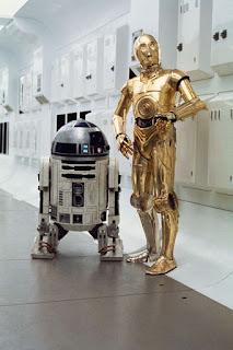 R2 D2 sebelah kiri, C-3PO sebelah kanan