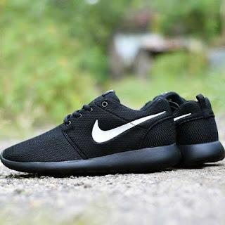 sepatu nike roshe run black white