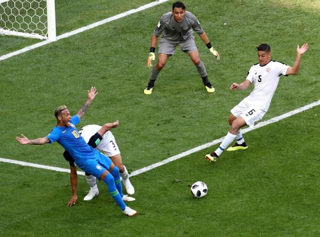 Neymar cai no pênalti que foi anulado pelo juiz