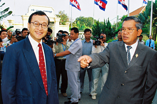 Hun+Sen+pointing+at+Sam+Rainsy+02+(AFP).jpg