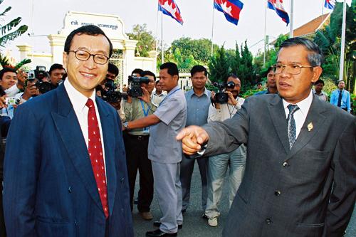 Hun+Sen+pointing+at+Sam+Rainsy+02+(AFP).jpg
