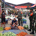 Himbau Protokol Kesehatan, Serma Purwanto Komsos dengan Pedagang Pasar Borobudur