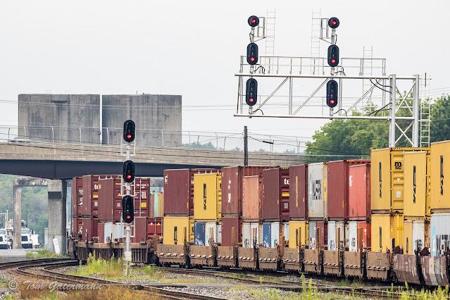 Intermodal cars on Q009-26 snake through CP285