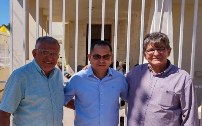 Políticos fazem pose para foto em frente a um velório em Riachão do Maranhão