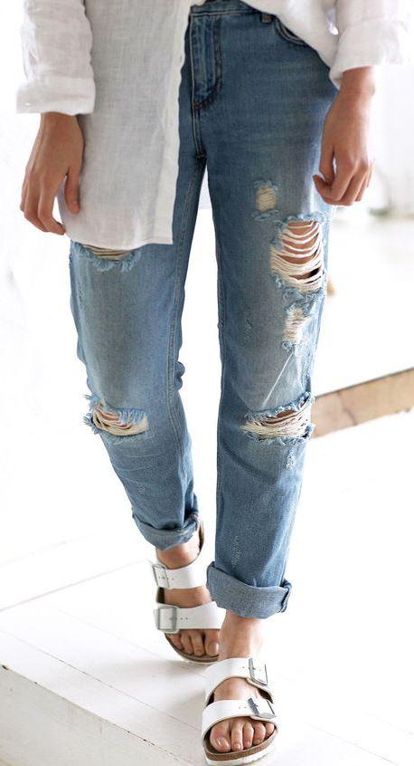 shirt + ripped boyfrien jeans + flip-flop