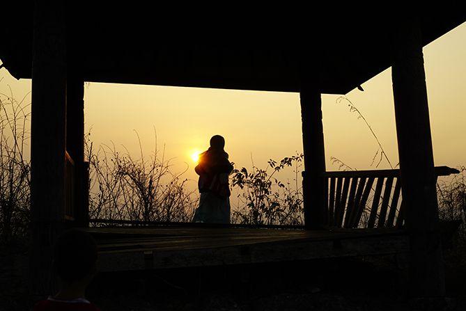 Siluet anak yang melihat sunrise