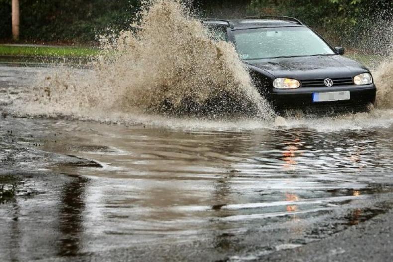 Panduan Aman Saat Mengendarai Mobil di Jalan Tergenang Air