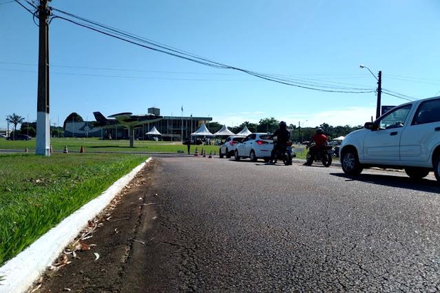 Fila quilométrica de carros é registrada no drive-thru de vacinação contra a Covid-19, em Porto Velho