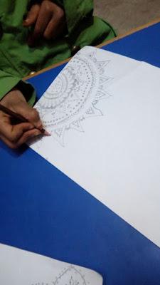 Mujeres haciendo cuadernos de pinturas decorativas