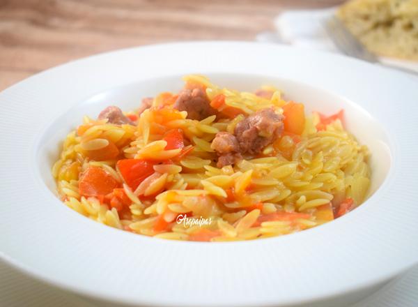 Pasta Orzo con Salchichas y Pimientos Rojos. Vídeo Receta