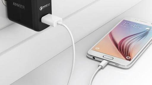 gunakan charger asli untuk mengisi baterai hp