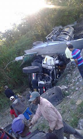 Muere chofer de camión tanquero accidentado en carretera Baní – Azua