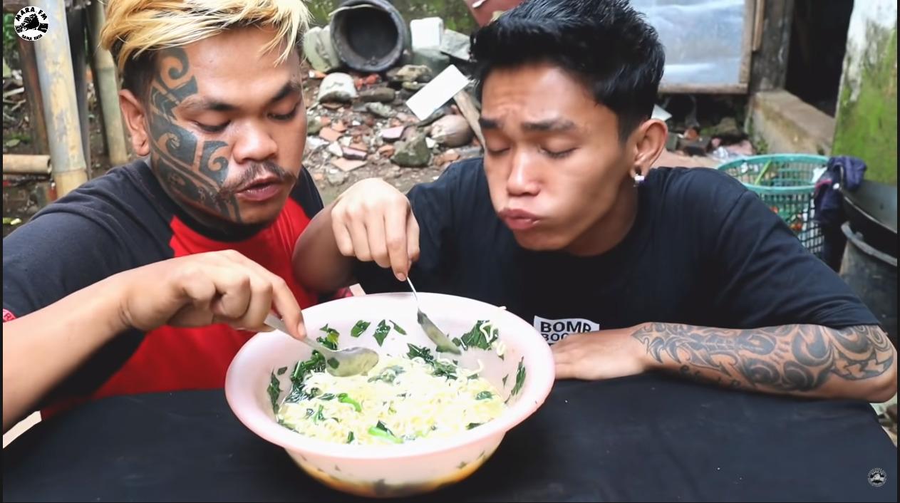 Cuplikan video viral dua pria mukbang daun kecubung. (photo/Youtube/mara FM)