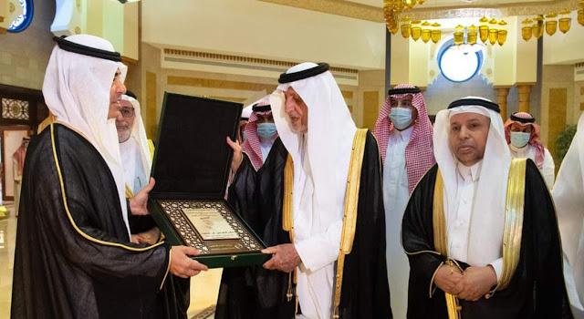 الأمير خالد الفيصل يتسلم درع منظمة العالم الإسلامي للتربية والعلوم والثقافة بمناسبة اختياره شخصية المؤتمر الدولي للغة العربية