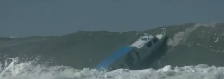 kapal dihantam ombak besar