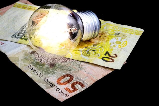 Aneel reajusta bandeira tarifária e consumidor vai pagar mais R$ 9,49 a cada 100 kWh consumidos