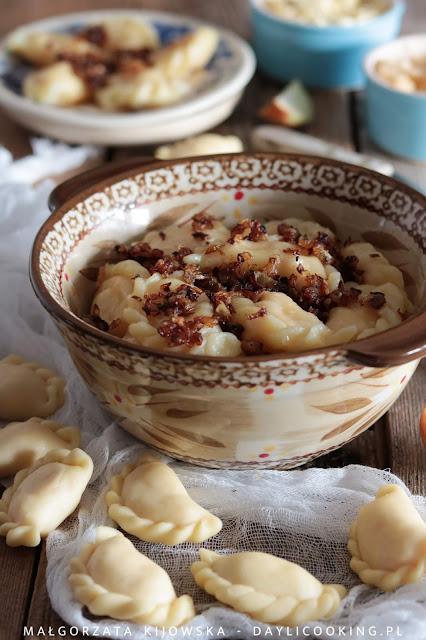 Pierogi ruskie i ciasto pierogowe z masłem i bez podsypywania mąką