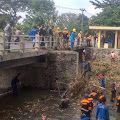Antisipasi Banjir, Babinsa Juwiring Bersama Relawan Bersihkan Sungai