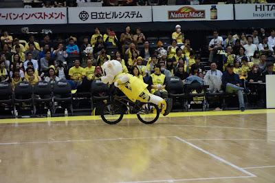 サンロッカーズ渋谷のサンディーが自転車で水平乗りしている