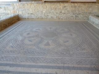 Domus 3. Mosaico de las cráteras