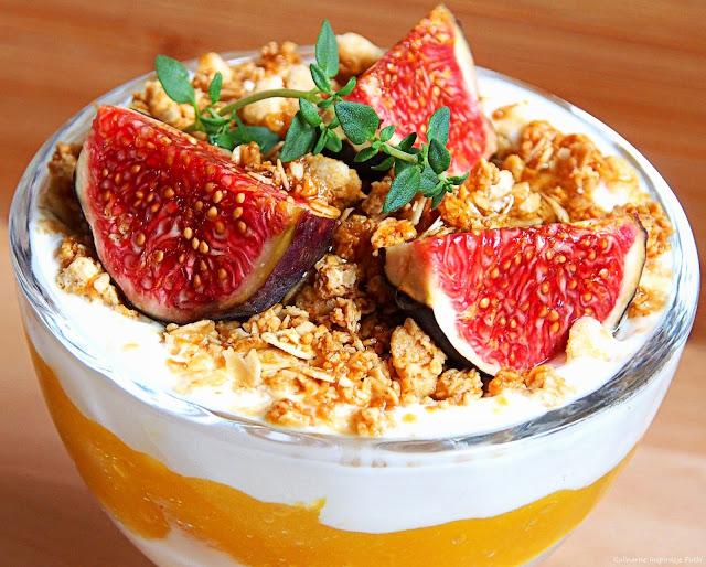 deser jogurtowy z mango, granolą i figą