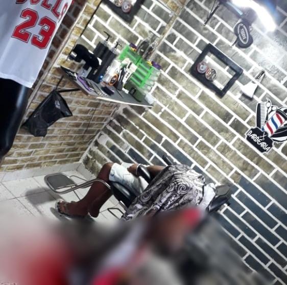 Jovem é assassinado a tiros dentro de barbearia na cidade de Toritama