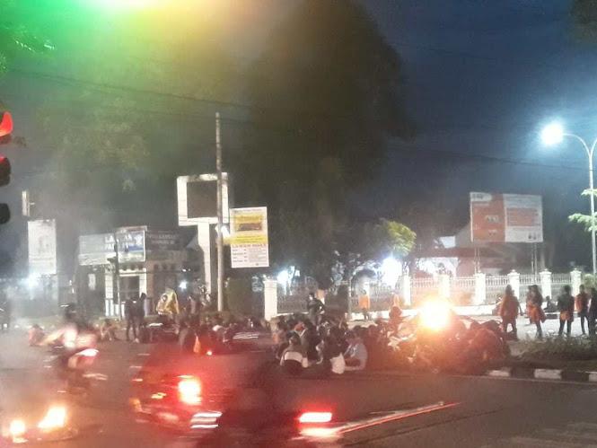 demo mahasiswa berlanjut hingga malam hari
