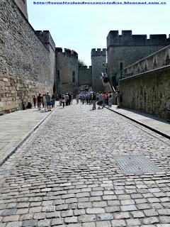 Zona entre murallas de la Torre de Londres.