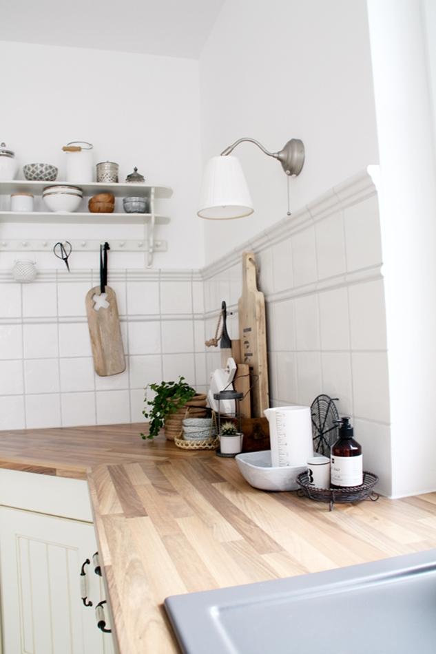 Küchenstyling in Holz Schwarz Weiß mit House Doctor Messbecher und HK Living Brettchen und Loods5 Brettchen
