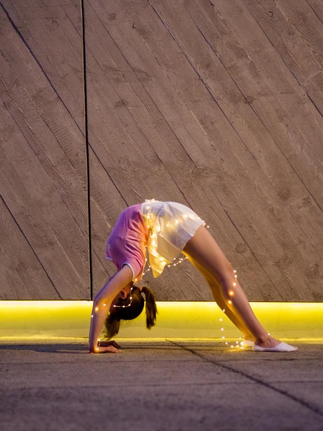 kreatywne zdjęcie dziewczyna robiąca mostek