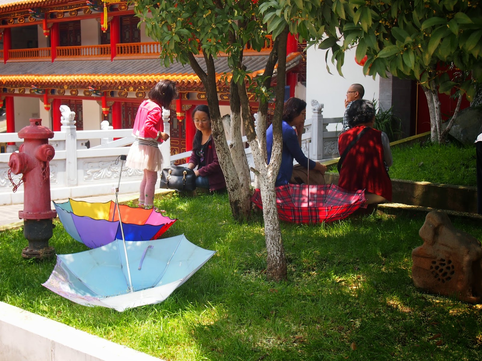 A family relaxing in the shade at the Yuan Tong Temple in Kunming