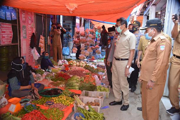 Gubernur Sumatera Barat Irwan Prayitno pada saat meninjau pasar tradisional Pasar Sungai Aur, Nagari Sungai Aur Pasaman Barat, Selasa (16/6/2020).