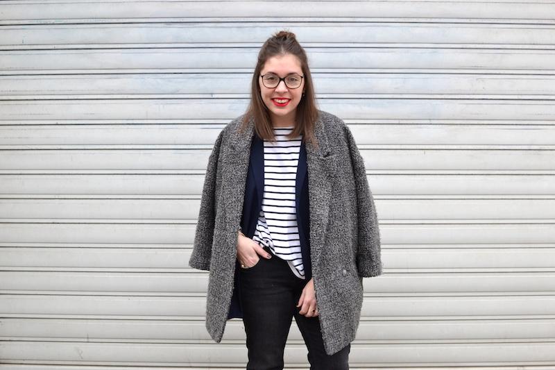 manteau gris chiné H&M, jean noir Mango, mocassins, mariniére, blazer bleu marine