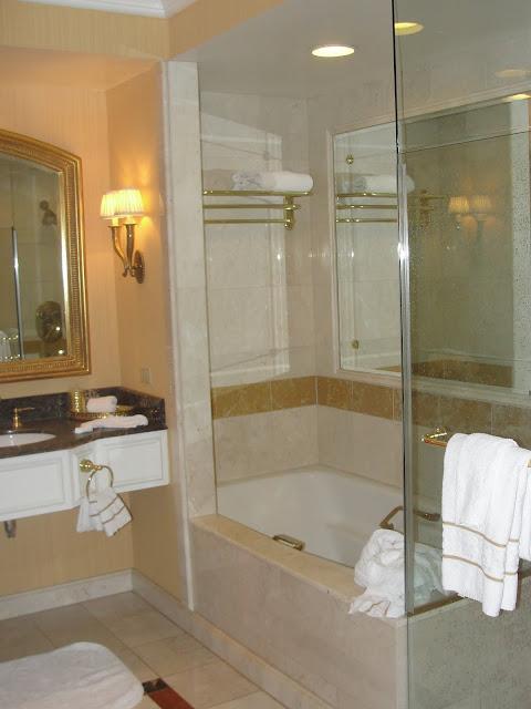 Banheiro com banheira e chuveiro.