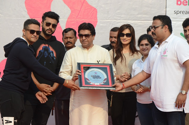 Surjeet Singh Dadiala, Arjun Kapoor, Raj Thackeray, Piya Valecha & Shalini Thackeray at Be Happy Event Lokhandwala Back Road