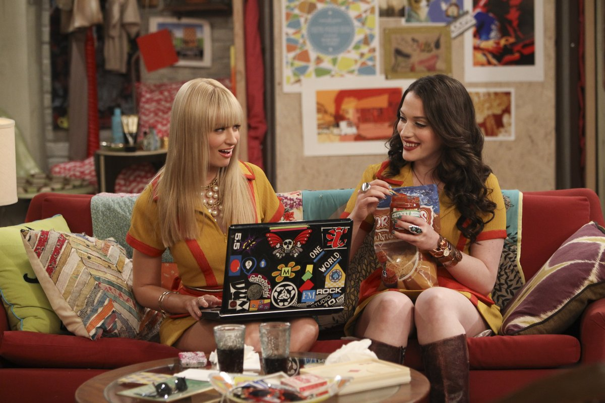 Max y Caroline en un episodio de 2 Broke Girls