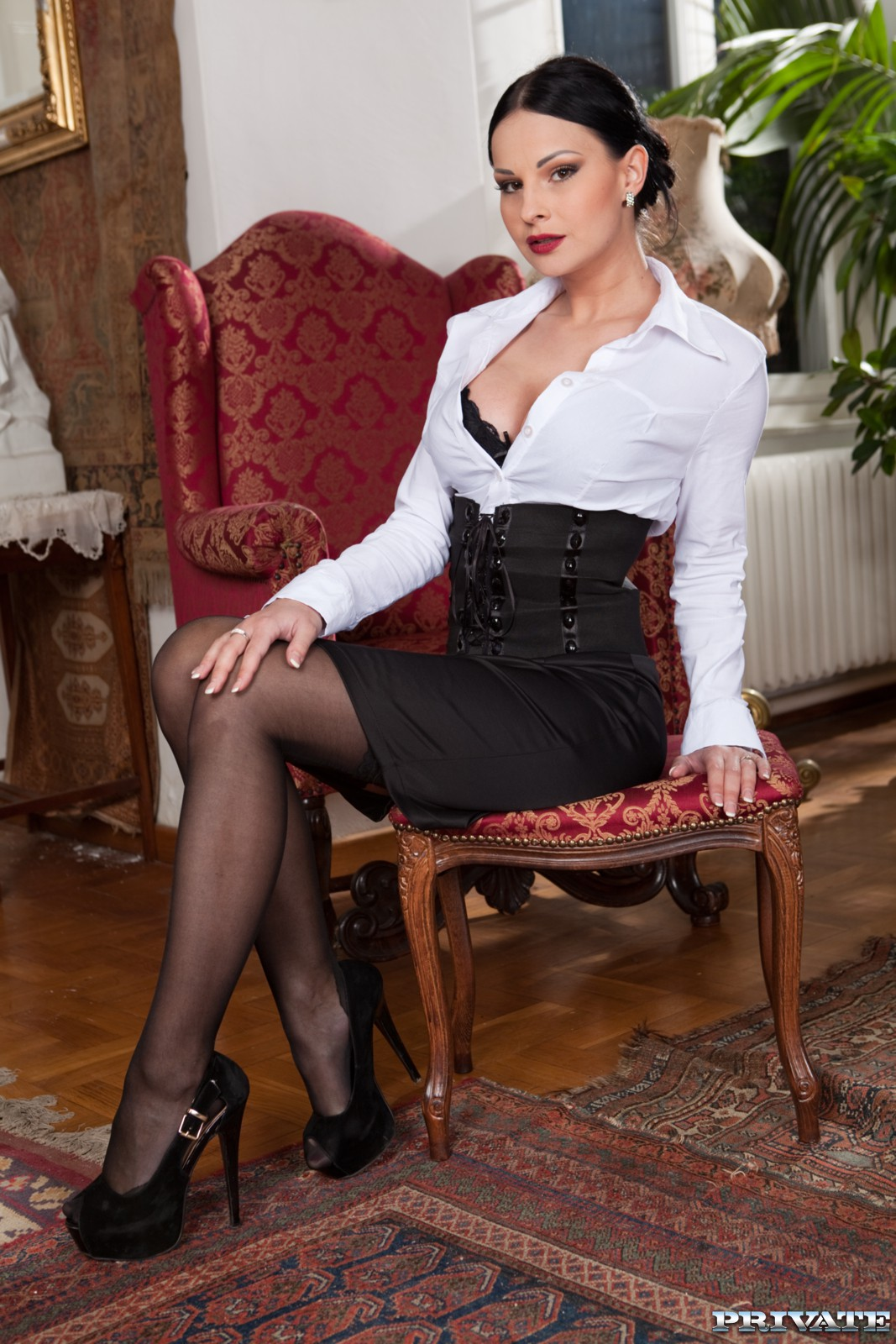 начальница брюнетка черное платье этой эротической галерее