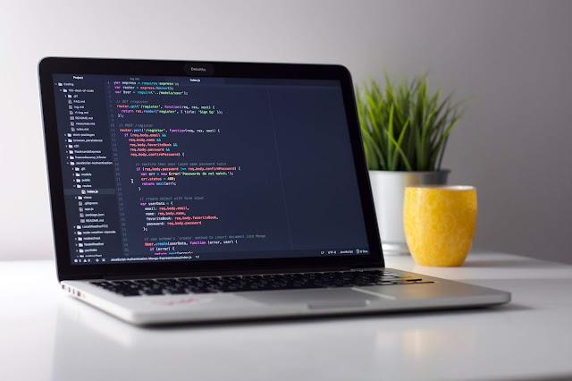 ما هي أنواع الملفات في لينكس ؟   كل شيء ملف مما يعني أنه هناك أنواع للملفات مثل ملفات تمثل جهاز الشبكة أو القرص أو الأجهزة      ما هي أنواع الملفات في Linux ؟   في الواقع هناك ثلاثة أنواع من الملفات , و يمكنك معرفة أنواع الملفات من خلال الأمر التالي ls -l .    كيف نعرف أنواع الملفات في Linux ؟   كيف تعرف الملفات نصية ؟   - يدل هذا الرمز {-} على  ملفات نصية ، ملفات صور ، ملفات قابلة للتنفيذ    كيف تعرف المجلد في نظام الملفات ؟   - يدل هذا الرمز {d} على مجلد    كيف تعرف الكتلة في نظام الملفات ؟   - يدل هذا الرمز {b} على ملف كتلة    كيف تعرف ملفات الاجهزة في نظام الملفات ؟   - يدل هذا الرمز {c} على ملف جهاز    كيف تعرف ملفات التوجيه في نظام الملفات ؟    - يدل هذا الرمز {p} على ملف توجيه    كيف تعرف ملف الإرتباط في نظام الملفات ؟   - يدل هذا الرمز {I} على ملف ارتباط    كيف تعرف مآخذ التوصيل في نظام الملفات ؟