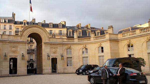 Macron profite du palais de l'Élysée pour organiser des dîners afin de préparer sa réélection